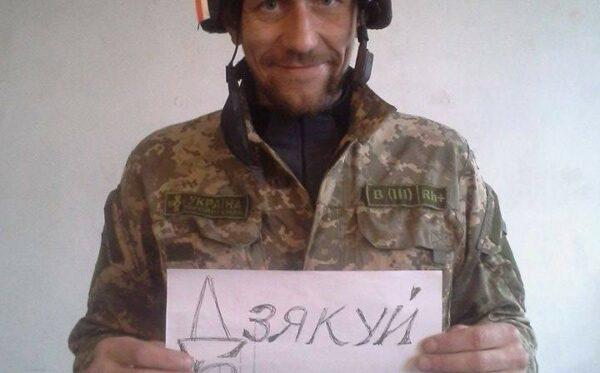 """""""Dziękuję Warszawo"""" – ukraiński żołnierz dziękuje za hełm"""