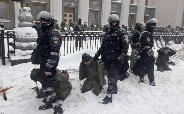 Nadmierne użycie siły i masowe zatrzymania: policja rozproszyła akcję protestacyjną w pobliżu parlamentu ukraińskiego
