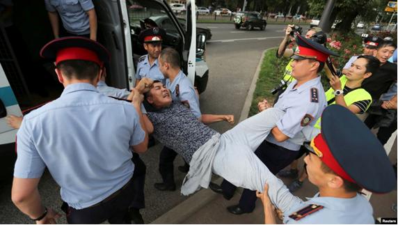 6 lipca 2019 r. Zatrzymanie mężczyzny w Ałmatym. Zdjęcie: Reuters.