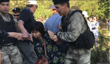 6 lipca 2019 r. Zatrzymanie kobiety w Aktobe. Zdjęcie: Radio Azattyk.