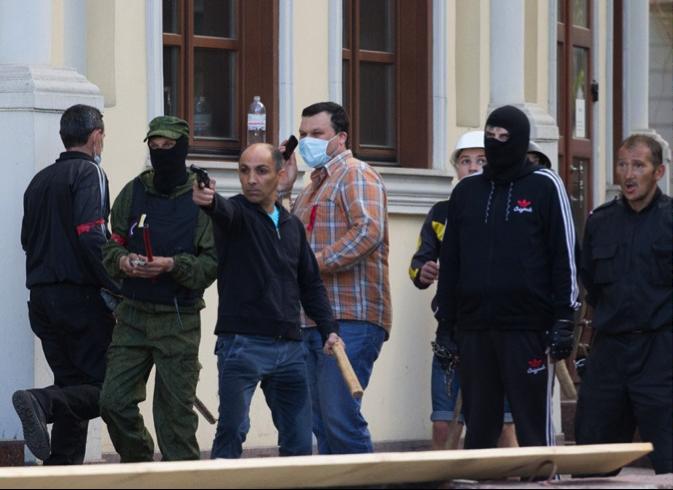 Jeden z prowokatorów strzela w stronę proukraińskich aktywistów
