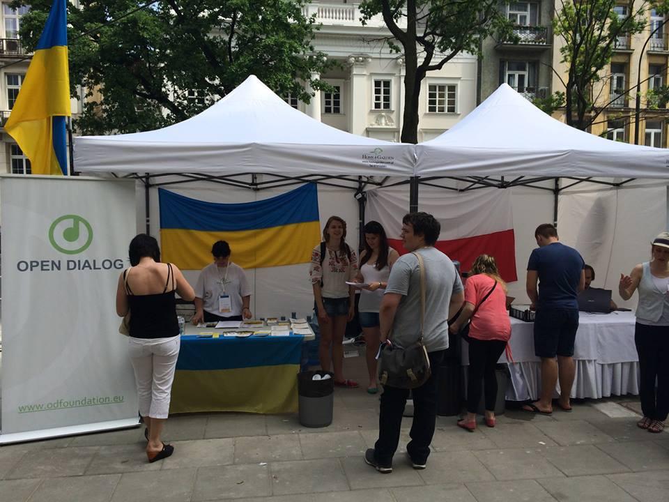Namiot Fundacji Otwarty Dialog pod ambasadą Ukrainy w Warszawie