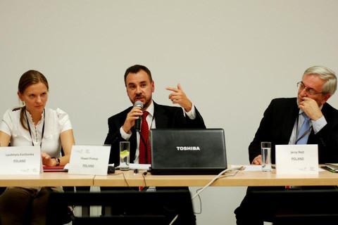 Kozłowska (l) mówi, że PiS zaatakował ją ze względu na działalność męża (Foto: UNDP). Źródło: euobserver.com