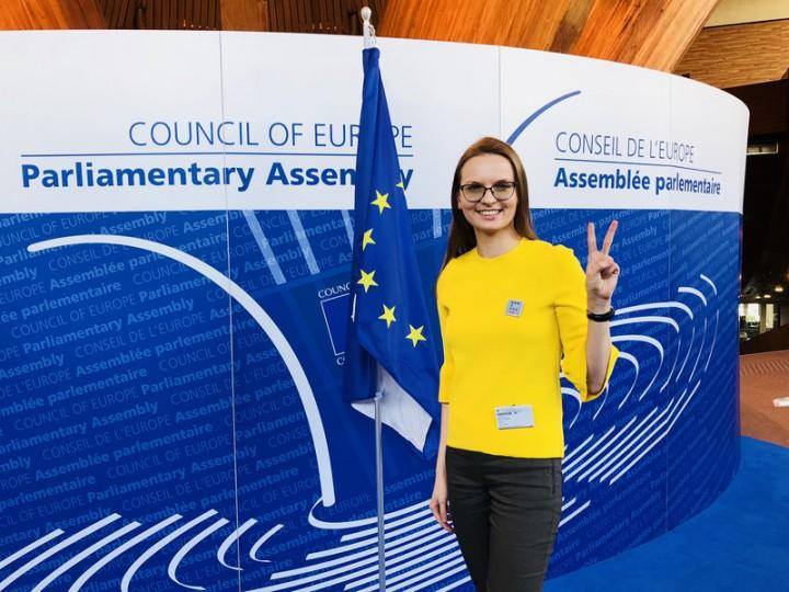 Lyudymyla Kozlovska w Strasburgu w zeszłym tygodniu - przeciwstawiając się próbom polskiego rządu wydalenia jej z krajów Schengen. Źródło: euobserver.com