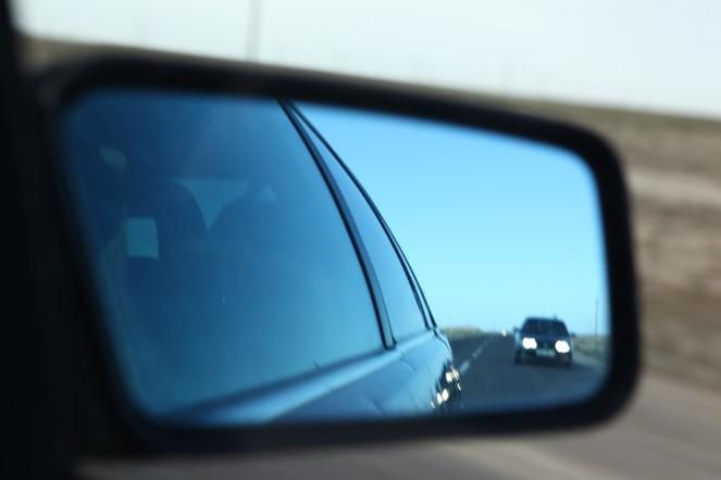 Fundacja Otwarty Dialog: samochody odbijające się w lusterku to funkcjonariusze śledzący ruchy obserwatorów procesu