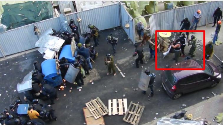 Prowokator strzela z broni automatycznej (screenshot z nagrania wideo)
